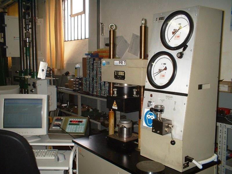 Hydraulic press for compression testing up to 30 tons